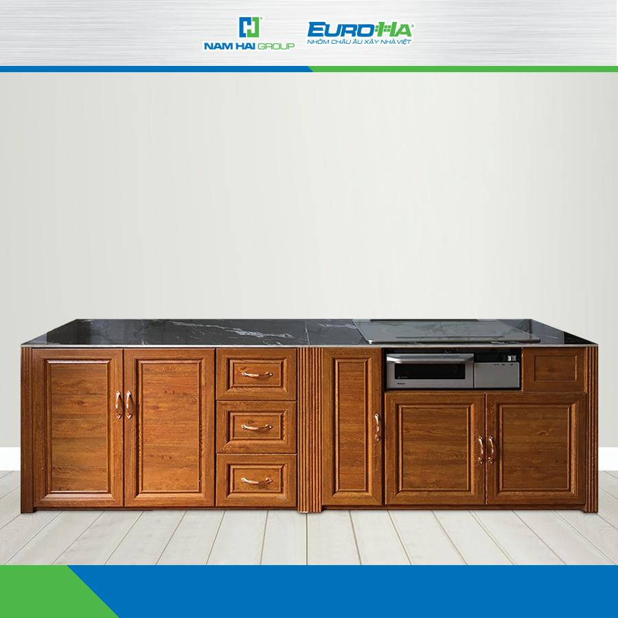 Mẫu tủ bếp với mặt kính bên trên vừa tăng tính tiện lợi, vừa đảm bảo an toàn, chắc chắn, bền lâu theo thời gian