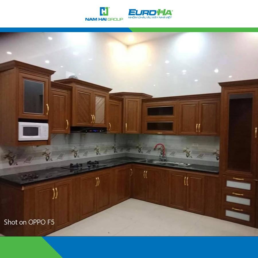 Bộ tủ bếp, tủ đựng bát được hoàn thiện từ nhôm hệ nội thất có độ giống gỗ thật lên đến 98% mà giá thành lại rẻ hơn nhiều lần